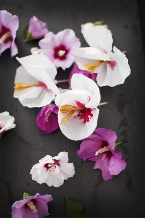 Nuss-Heidelbeer-Torte • DIY Papier-Hibiskusblüten• gestreifter Vanille-Heidelbeer-Mousse-Kuchen im Glas