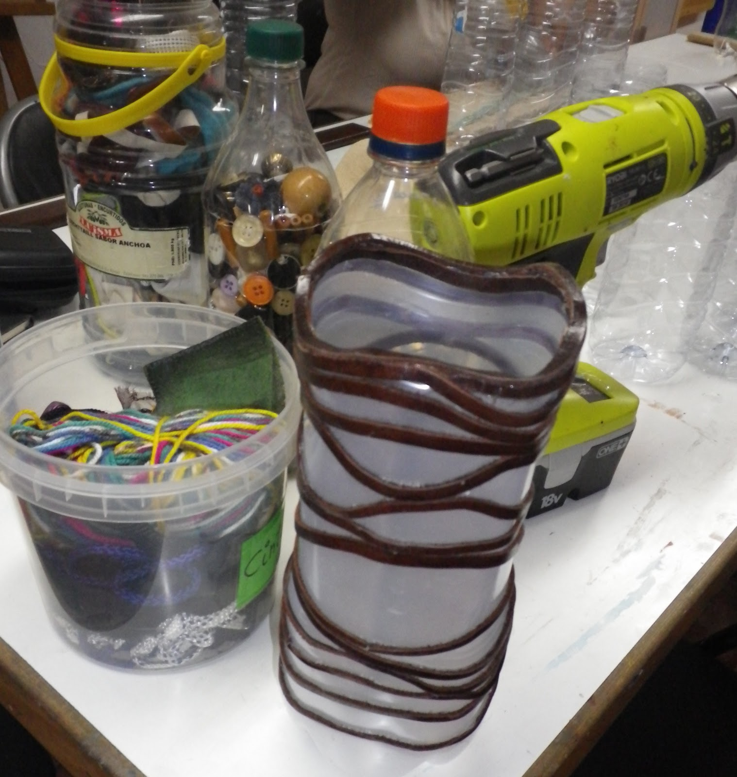 de material de desecho, cosen, mezclan elementos para crear algo