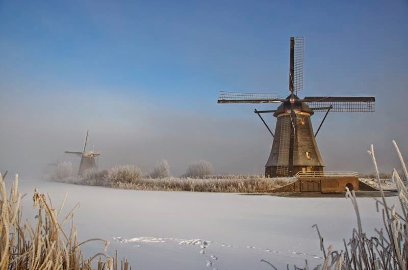 The first windmills appeared in the mid-13th century, not only used for pumping water, but also for grinding grain, sawing wood, pressing oil, tobacco and cocoa processing.