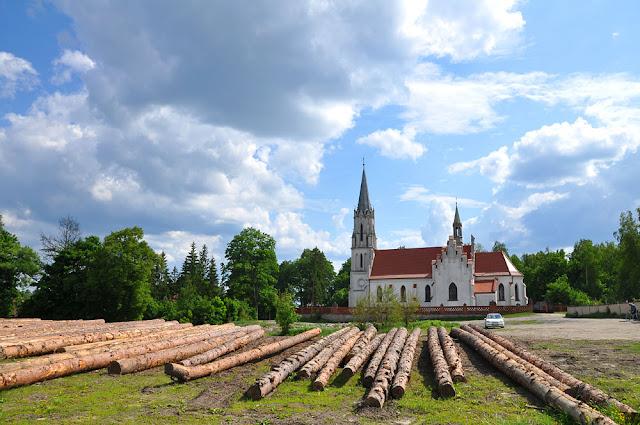 Niekłań, kościół św. Wawrzyńca, w stylu neogotyckim. Wybudowany został w 1835 z fundacji hr. Onufrego Małachowskiego. Świątynia znacznie została rozbudowana w 1881 r. przy finansowej pomocy hrabiego Ludwika Platera. Fot. KW.