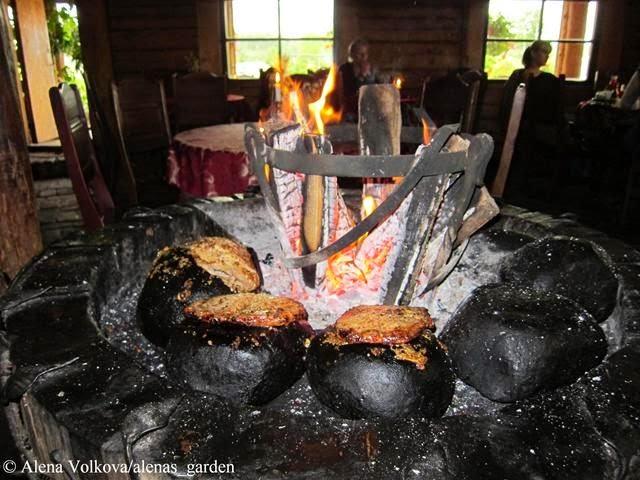 мясо, на углях, готовим мясо, корчма в Литве, деревенский стиль, герань в кашпо, растения в подвесных кашпо, деревянный дом