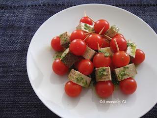 Finger food di pomodori e tofu grigliato con pesto di aromoatiche fresche