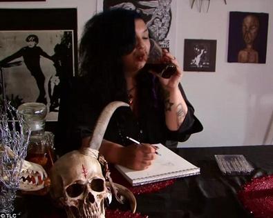 Michelle sedang minum darah
