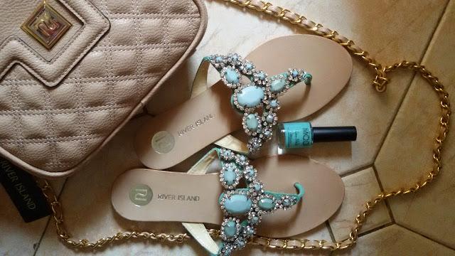лак  для ногтей мятного цвета Modi Glam Nails и босоножки