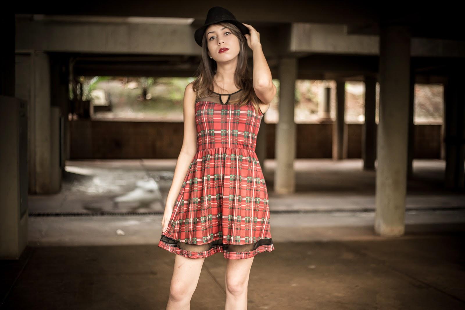 Look vestido xadrez vermelho com chapéu preto