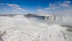 Niagara Berubah Jadi Salju