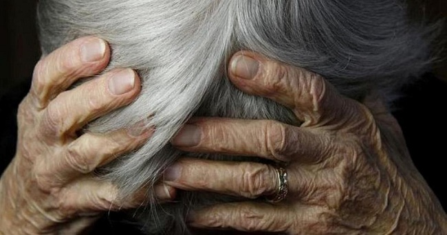 Τρόμος και στη Σαλαμίνα: Ξυλοκόπησαν και λήστεψαν 84χρονη
