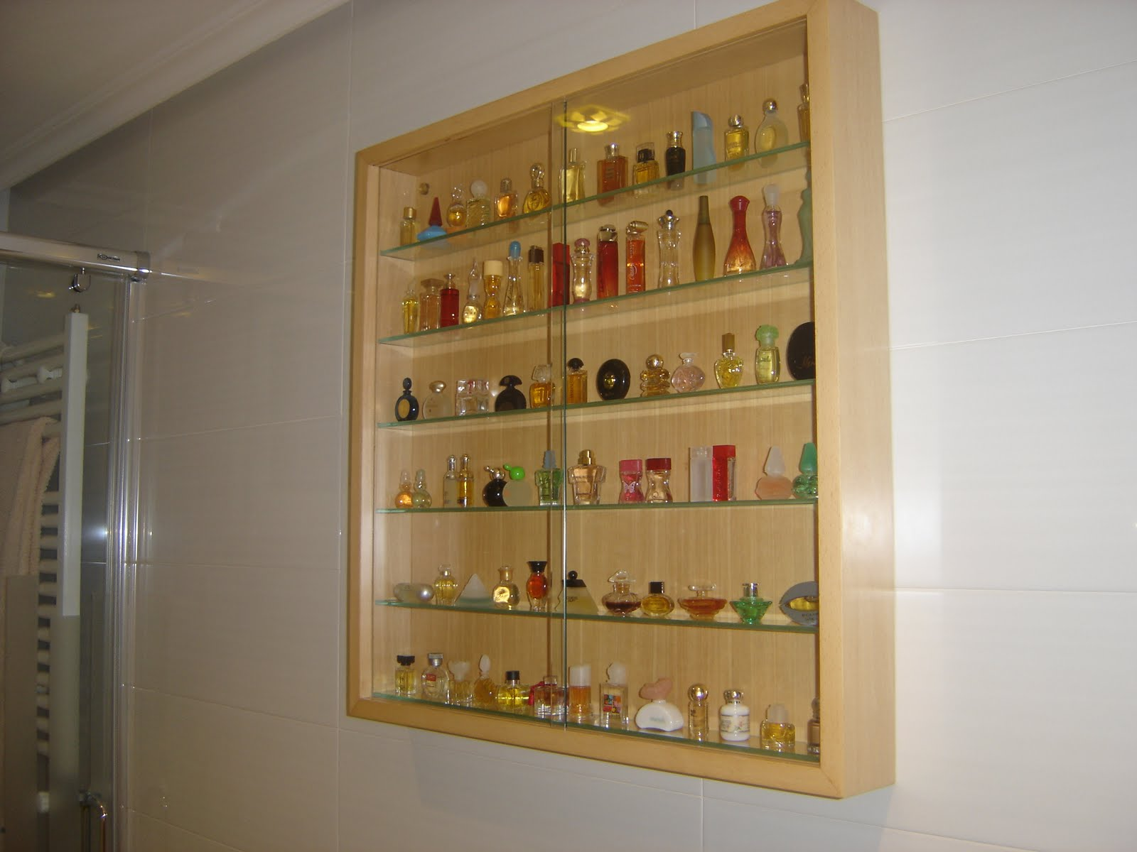 Vitrinas para cucharillas y perfumes muebles cansado for Vitrinas de pared