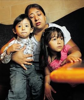 photo de la mère avec ces deux jeunes enfants, petits garçon et filles