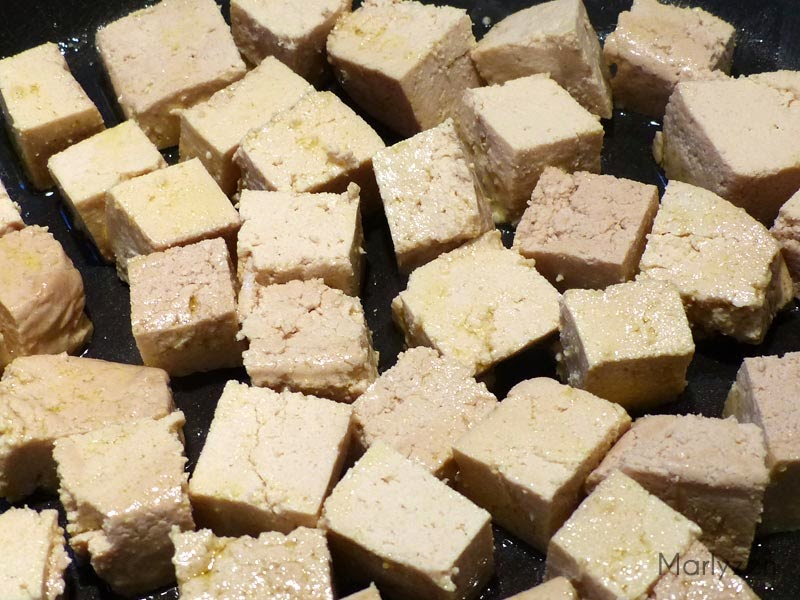 Cuisson des cubes de tofu.