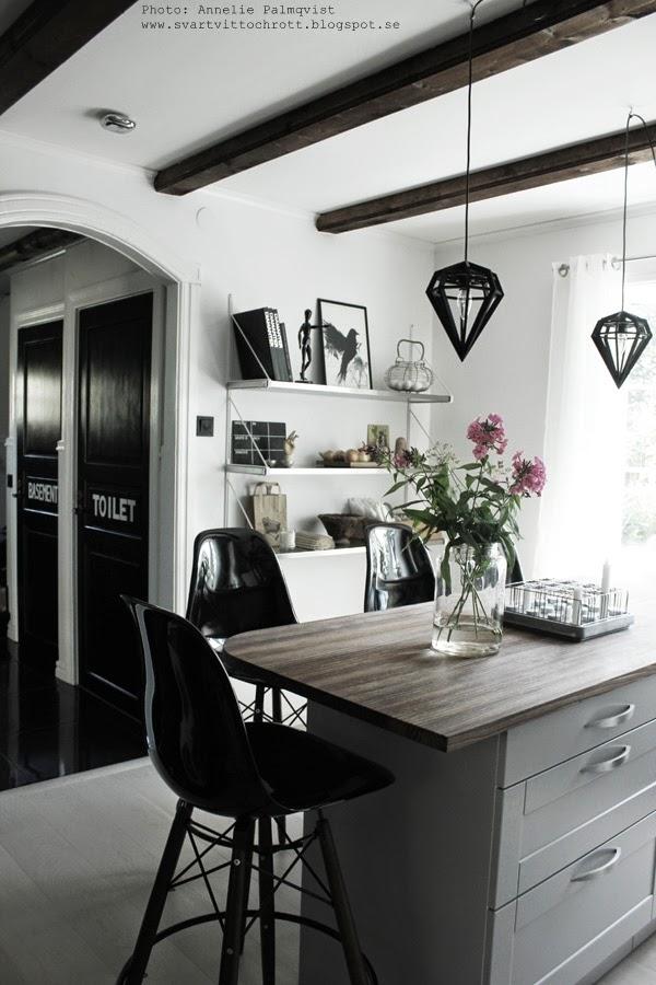 blommor, köksö, barstol, barstolar, hylla, taklampa i köket, svarta lampor, vitt, svart och vitt, inredning i svartvitt, kökets, kök 2014, svarta dörrar, svartmålade, svartmålat,