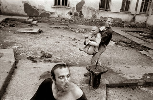 terribles manicomios de Serbia y Kosovo.