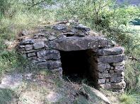 La porta de llinda única i la falsa cúpula de la barraca d'Els Prats d'Oriols
