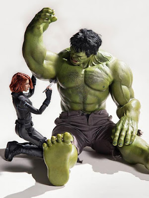 Black Widow cabuti bulu ketiak Hulk. (boredpanda.com)