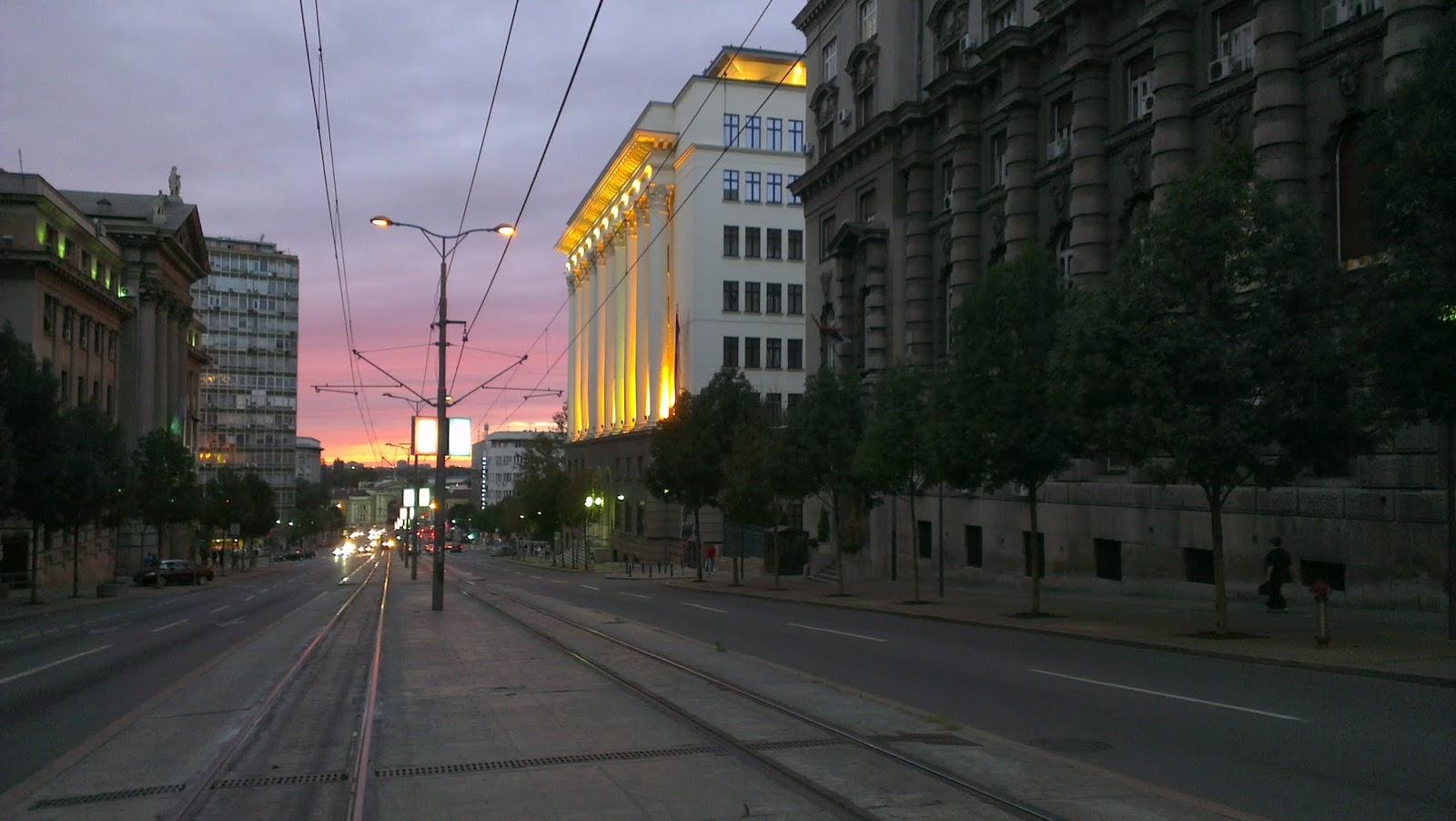 Anocheciendo el Belgrado.