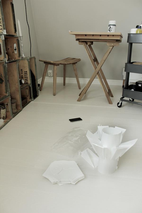 bild på arbetsrummet, vit lampa normann