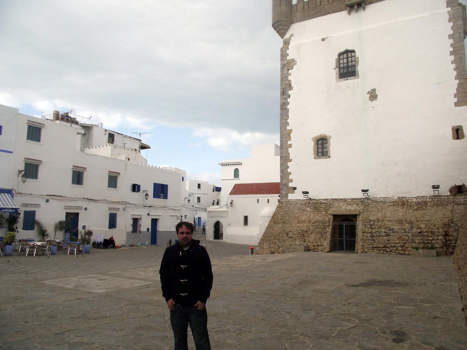 Plaza principal de Asilah, torre portuguesa.