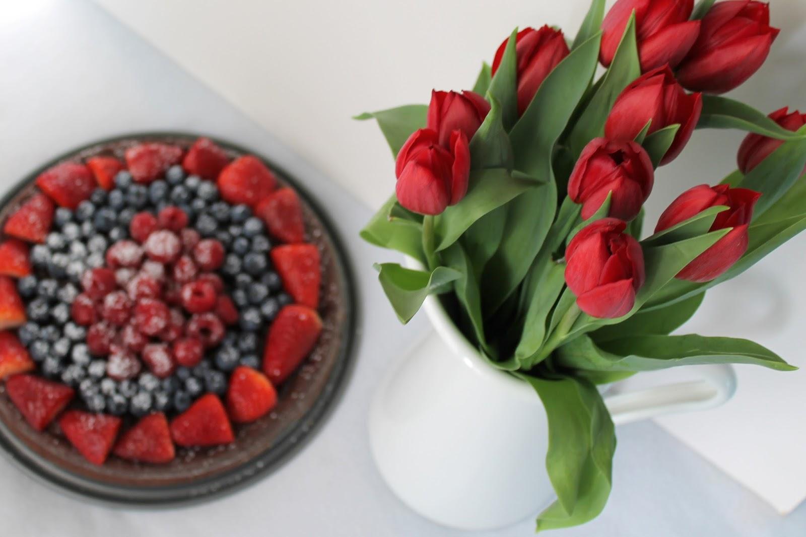Schokoladen Beeren Tarte Toertchenzeit rote Tulpen