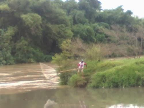 menjaring ikan saat banjir