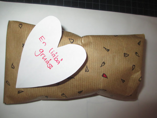 Geschenk mit Herzen verziert von Herzen verschenkt