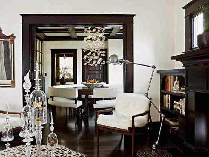 Czarna podłoga, dodatki glamour, szklany żyrandol, elegancka aranżacja wnętrza