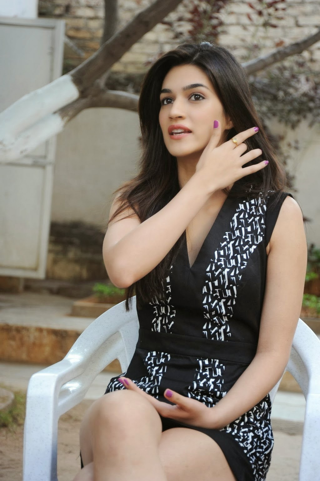 high quality bollywood celebrity pictures: kriti sanon sexiest legs