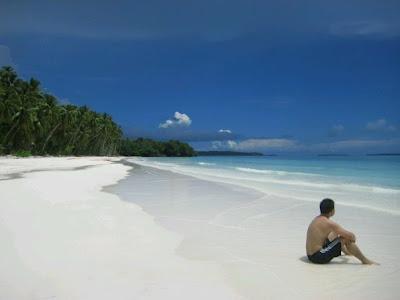 إندونيسيا، رسمياً الجمهورية الإندونيسية (بالأندونيسية : Republik Indonesia)، هي دولة تقع في جنوب شرق آسيا وفي أوقيانيا. إندونيسيا تضم 17508 جزر. ويبلغ عدد سكانها حوالي 238 مليون شخص، وهذه هي رابع دولة من حيث عدد السكان، وأكبر عدد سكان في العالم من المسلمين. اندونيسيا هي جمهورية، مع وجود مجلس تشريعي منتخب والرئيس. المدينة عاصمة البلاد جاكرتا. يشترك البلد بحدود برية مع بابوا غينيا الجديدة وتيمور الشرقية وماليزيا. وتشمل الدول القريبة الأخرى سنغافورة والفلبين وأستراليا والأراضي الهندية من جزر أندامان ونيكوبار. وإندونيسيا هي أحد الأعضاء المؤسسين للأسيان وعضو في مجموعة العشرين للاقتصادات الرئيسية. الاقتصاد الإندونيسي هو الثامن العشر عالميا من حيث الناتج المحلي الإجمالي الاسمي والخامس عشر من حيث القوة الشرائية.