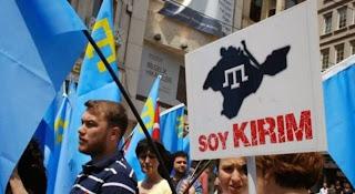 """На плакате: Soykırım - тюрк.: """"геноцид""""; Kırım - тюрк.: """"Крым"""""""