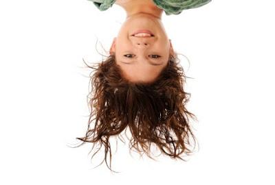 Aneh , Perempuan Ini Harus Berdiri Dengan Kepala Di Bawah Agar Tak Pingsan [ www.BlogApaAja.com ]