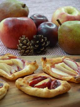 Ein Rezept für herbstliche Blätterteigschiffchen mit Äpfel, Birnen und Pflaumen