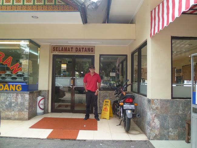 Yo, en la puerta del restaurante Padang