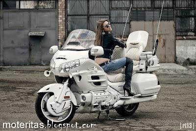 Honda-Goldwing-Saddlebag-fille-femme-moto-wallpaper