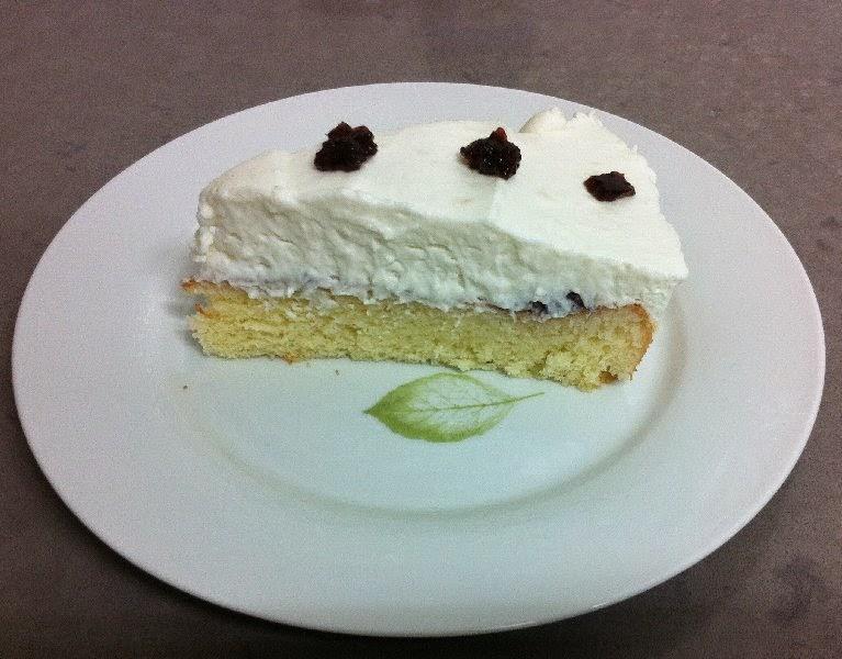 עוגת טורט עם קרם גבינה ונגיעות ריבה