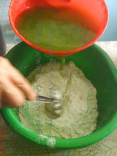 ... ke dalam campuran tepung. (Tepung jagung+tepung gandum+tepung beras