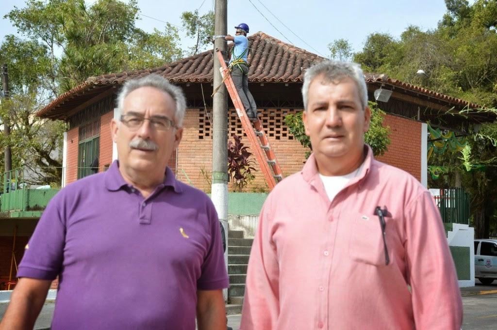 Carlos Tucunduva e Celso Wagner, secretário e subsecretário de Ciência e Tecnologia, acompanham a instalação das câmeras de videomonitoramento na Feirinha de Teresópolis