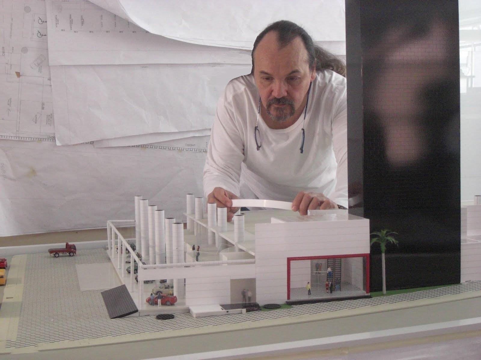 Arq. Fernando Quevedo Marín en la elaboración de la Maqueta del Proyecto Centro Empresarial Toyota