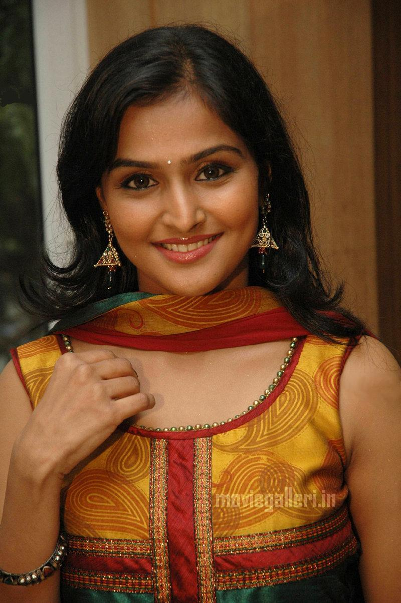 popular artiest: ramya nambeesan - indian actress