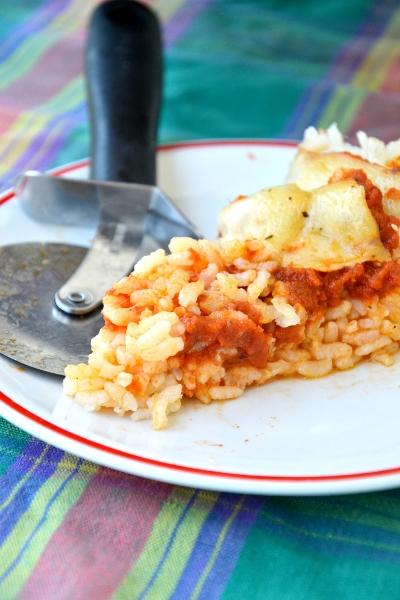 pizza di riso con salsa di pomodoro e scamorza affumicata