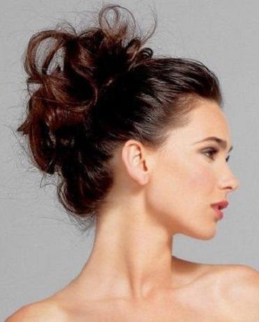 Existen muchos peinados recogidos, unos muy elaborados, otros más sencillos. Puedes optar por recogidos muy modernos o también clásicos, debes verte y