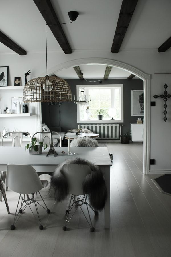 kök, matsal, kors, väggkors, inredning, vitt och grått, hylla, hyllor, poster, posters, tavlor, konsttryck, svart och vitt, svartvit, svartvita, takbalkar, valv, vardagsrum, matgrupp,