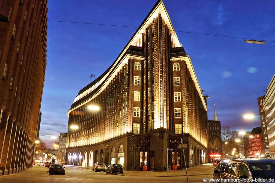 Chilehaus Hamburg im Kontorhausviertel bei Nacht