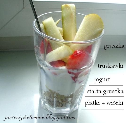 sniadanie owocowe z płatkami