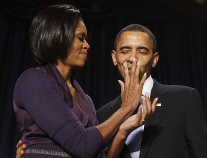 """Hẳn là Tổng thống Obama rất hạnh phúc vì được vợ yêu """"chăm sóc từng li từng tí"""" như thế này"""