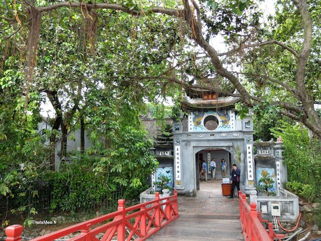 petit pont rouge temple lac Hanoi Vietnam visite