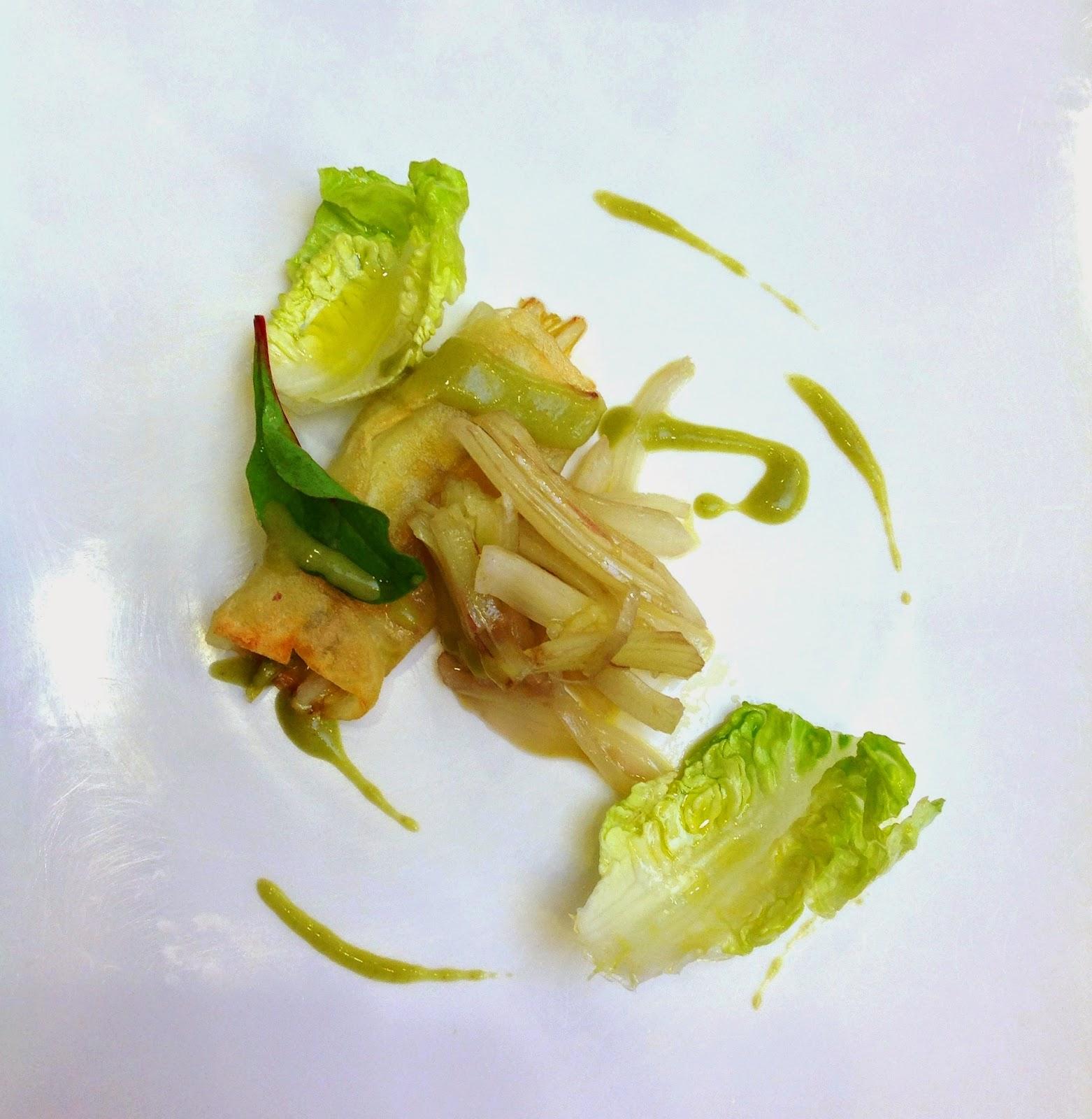 Canelón de patata relleno de cardo rojo crudo, ensalada de cardo rojo crudo con ajo, cogollo de lechuga de grumillo y salsa de su aliño