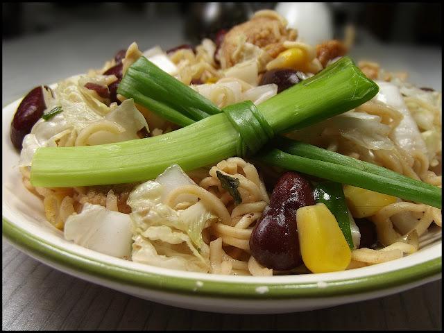 Sałatka z makronem noodle, kukurydzą, fasolą, kapustą pekińską