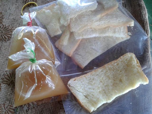 ขนมปังปิ้ง และ น้ำจิ้มราดกล้วยปิ้ง