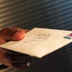 main qui tient une lettre