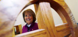 """Femeie episcop a Bisericii Metodiste, găsită vinovată că s-a """"căsătorit"""" cu o altă femeie..."""