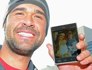 巨人新外国人ギャレットは妻と長男の写真を見せる(撮影・松本俊)